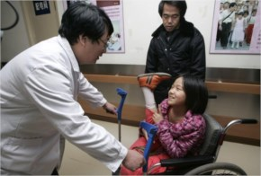 In 2005, she started getting attention from the Chinese press, and soon she traveled to Beijing to be fitted with new artificial legs, entirely free of charge, at the China Rehabilitation Research Ce