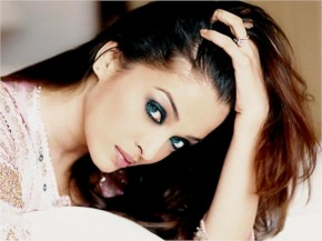 Aishwarya rai look Beautiful with Blue eyes