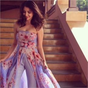 Anushka Sharma look Hot in purple Dress