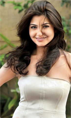 Anushka Sharma look pretty with beautiful Hairstyle