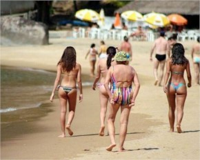 35 awkward and Funny Beach Moments that fails