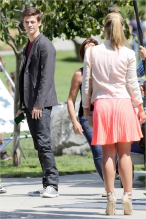 """Emily Bett Rickards and Grant Gustin film an """"Arrow"""" and """"The flash"""" crossover 4"""