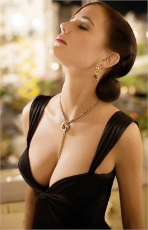 Eva Green hot deep cleavage