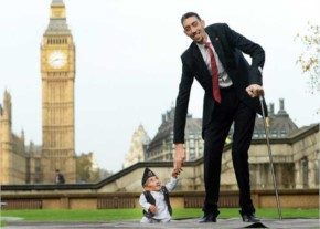 Funny  world's tallest man meets the world's smallest man