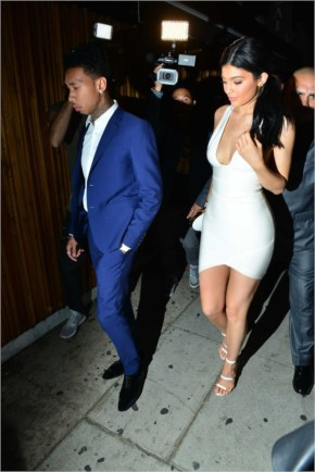 13+ Hot n Sexxy  KYLIE JENNER  getting damm Curvy in her Tight & Short Outfit..!!!
