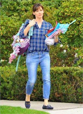 Jennifer Garner look Cute In Blue Shirt