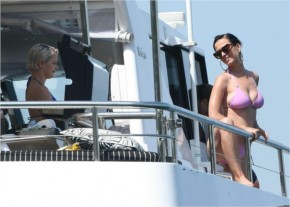 Katy Perry Showing off Her Camel Toe in a Tight Bikini!!! (10 Photos)