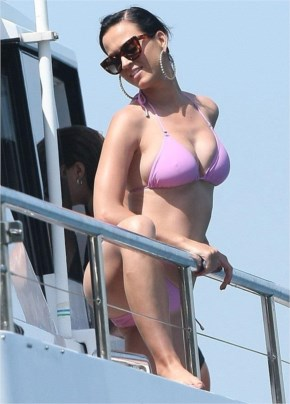 Hot and Sexy Katy Perry shows off figure in pink bikini at Sydney Harbour