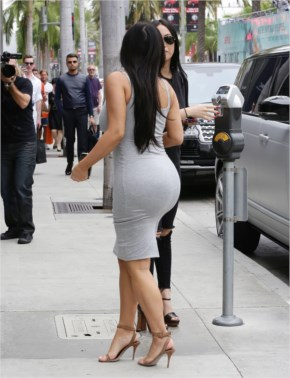 """ Kim Kardashian "" Shows Off Her Well Toned Tight Curves on a Shopping Trip..!!"