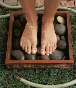 Rinse your dirty feet off in a waterproof frame filled with flat stones