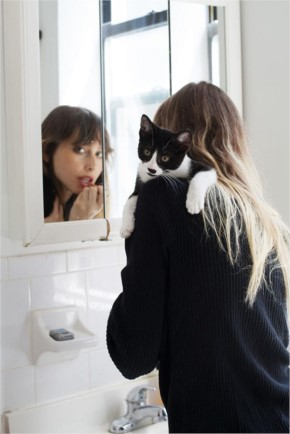 15+ Photograph Of Girls And Their Adopted Cats