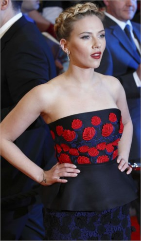 Scarlett Johansson at Premiere The Avengers-07
