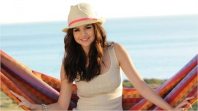 Selena Gomez Hot Pictures with Sweet Smiling