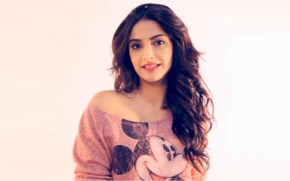 Sonam kapoor in Tshirt looks awesome