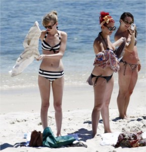 Taylor Swift hung out at the beach in her bikini (6 photos)