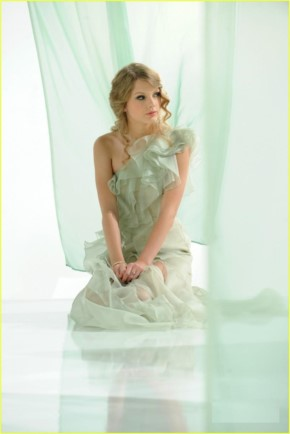 Taylor Swift in New Cover Girl ad
