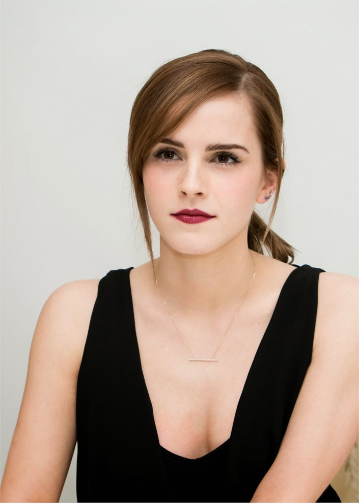 Emma Watson sporting bar necklace