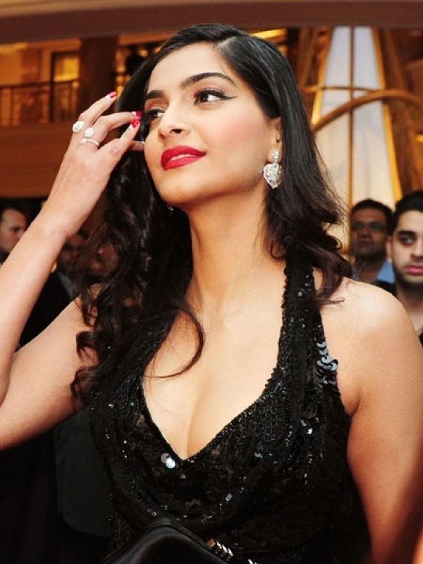 Gorgeous Sonam Kapoor In Black Dress Looks Hot And Beautiful