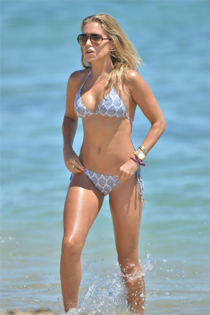 sylvie van der vaart shows off her bikini body in saint tropez. Black Bedroom Furniture Sets. Home Design Ideas