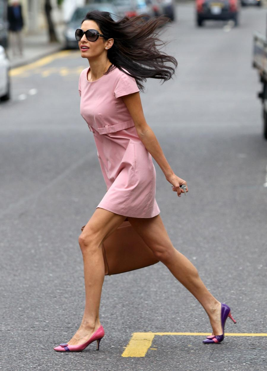 Amal Alamuddin wears mismatched shoes - laughspark.com