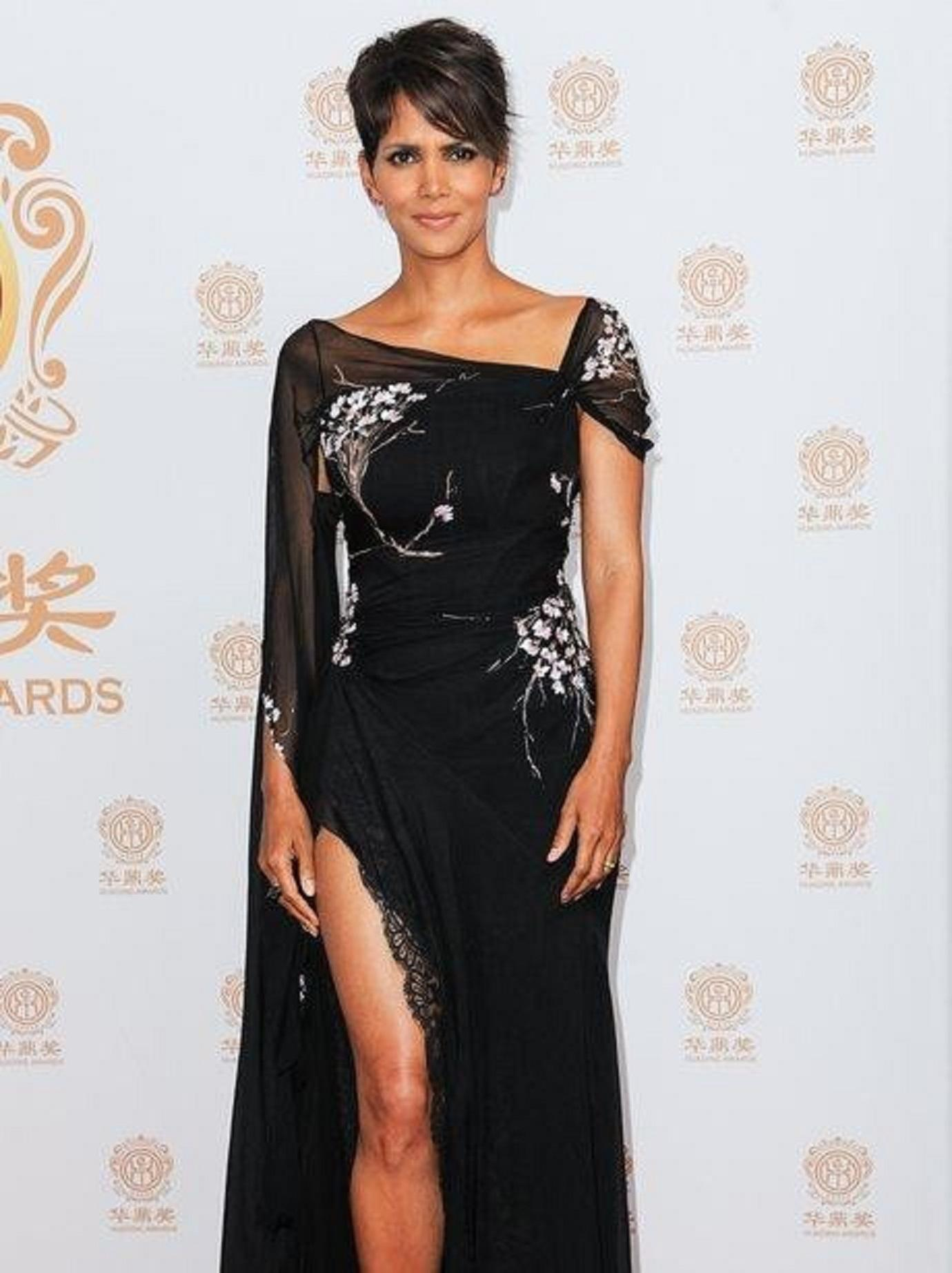 Halle Berry Looks Sultry On The Red Carpet For The Huading