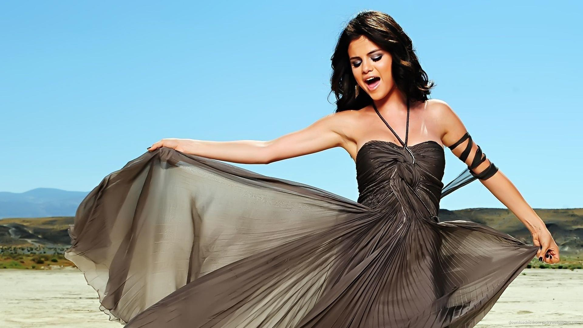 Selena Gomez Singing In The Desert Picture