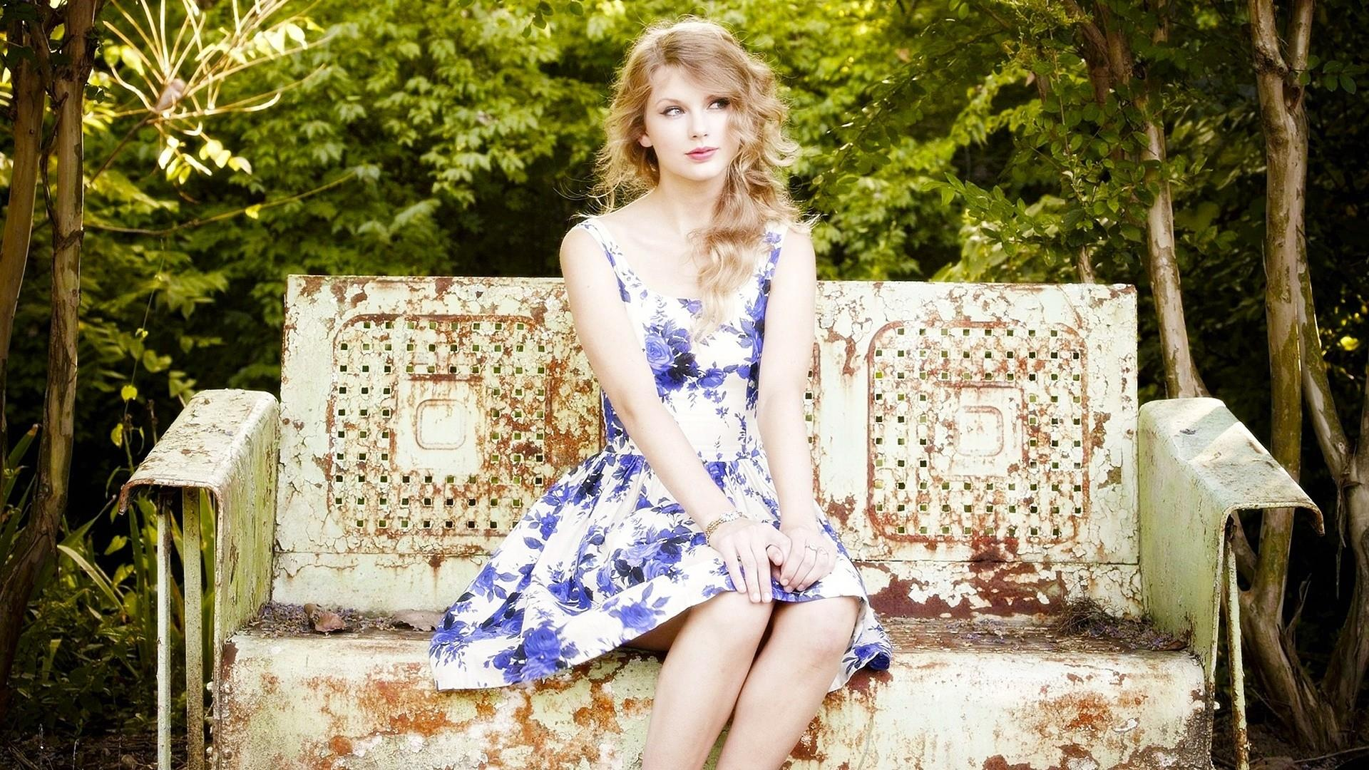 Taylor Swift Look Beautiful In Blue And White Dress